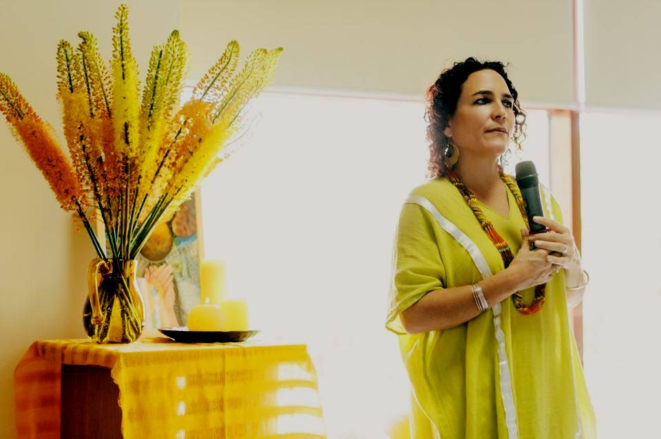 Naoli Vinaver giving a lecture at a congress in Ukraine in 2017.