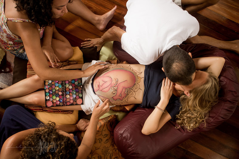 Natural Ultrasound is a technique created by Mexican Midwife Naoli Vinaver in 1992. Belly painting by Naoli Vinaver. Naoli painting belly, coloring it in with the help of her students. Father kissing his wife. Photo by Lela Beltrão.