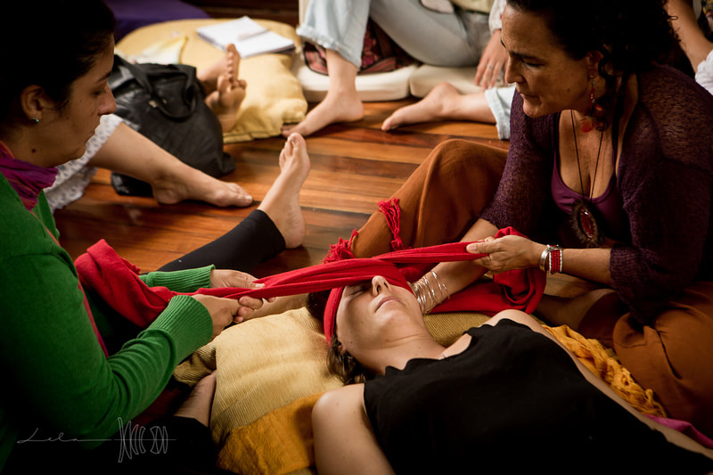 Mexican Tradicional Rebozo technique taught by Naoli Vinaver at Art of Birth workshop. Photo by Lela Beltrão.