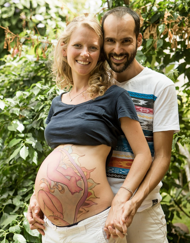 Natural Ultrasound is a technique created by Mexican Midwife Naoli Vinaver in 1992. Belly painting by Naoli Vinaver. Couple proudly displaying the natural ultrasound. Photo by Lela Beltrão.